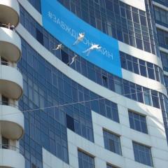 Баннер на здании натяжной
